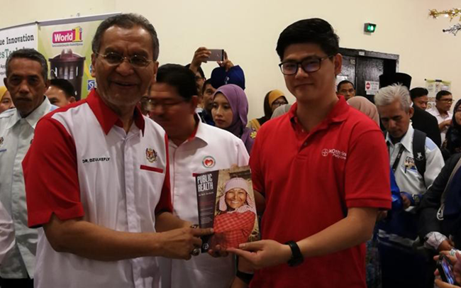 Dr Tee Hui Siang sharing Bayer's Public Health Magazine with Malaysia's Health Minister, Datuk Seri Dr. Dzulkefly Ahmad during the nation's annual commemorative activities for ASEAN Dengue Day.